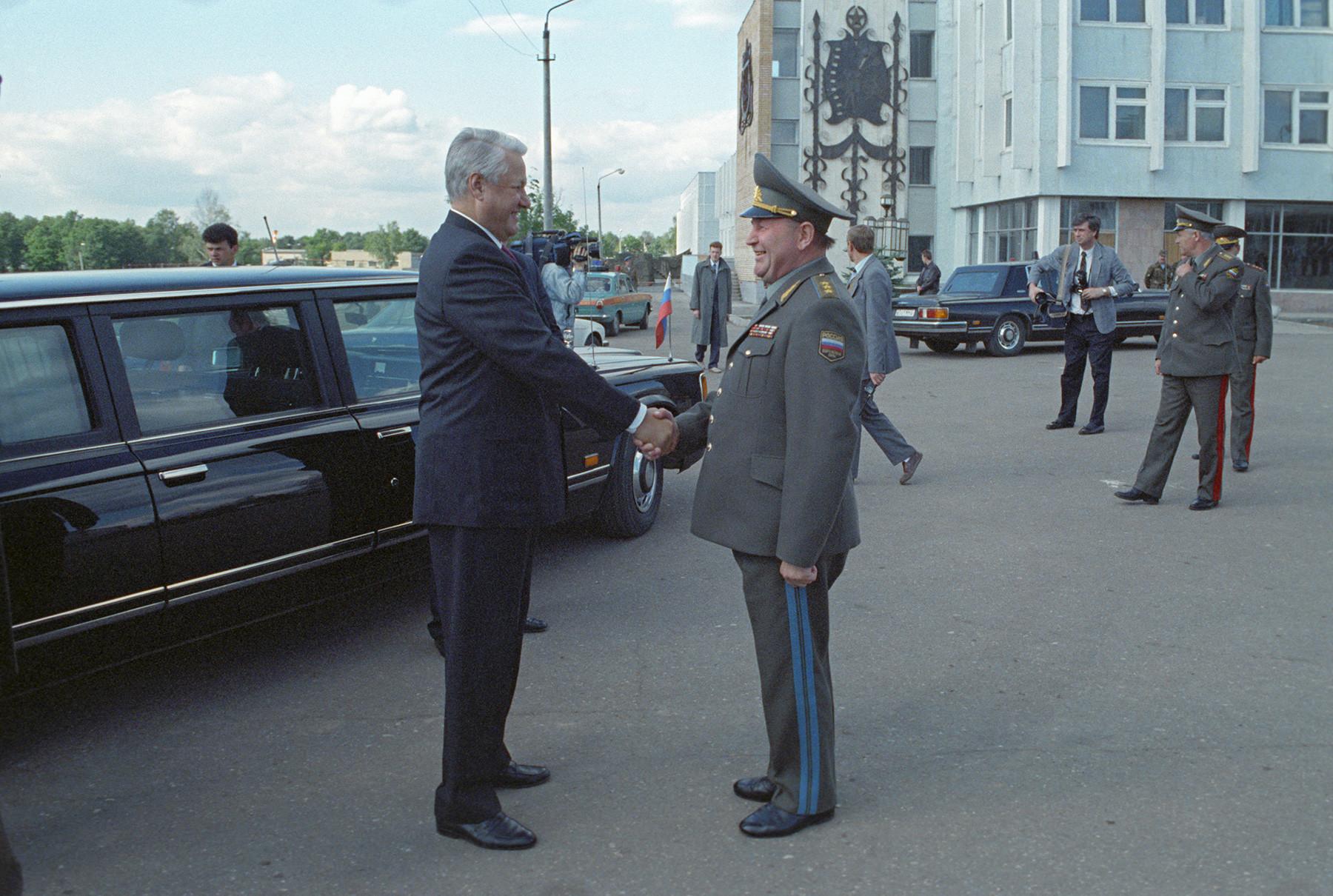 ロシアのボリス・エリツィン大統領(1931-2007) がナロ=フォミンスク付近でエアボーン部隊と会合する。