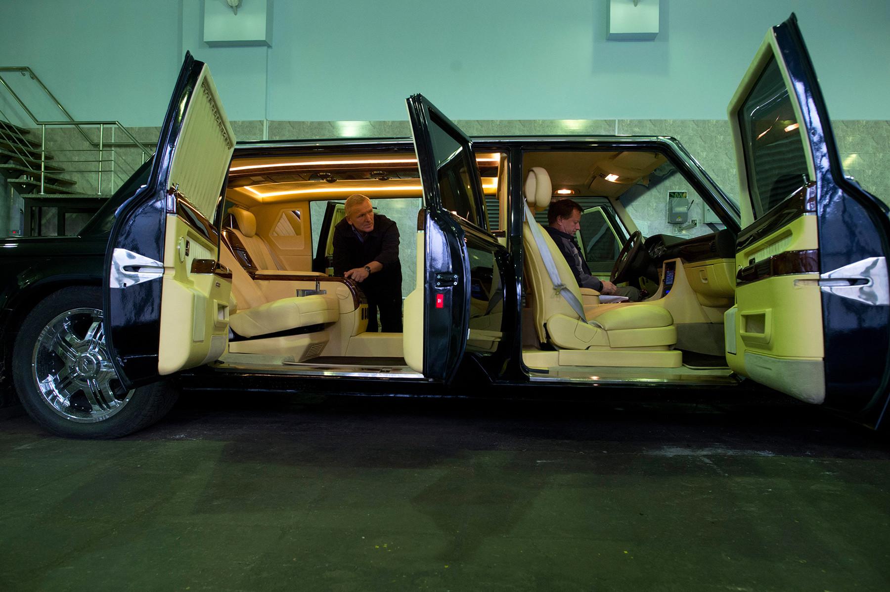 新しいビジネスクラスの自動車、ZiL-4112R。リハチョフ記念工場の組立ショップにて。モスクワ、2012年。