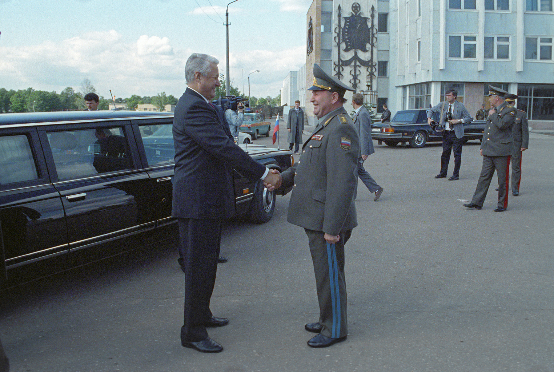 Präsident Boris Jelzin zu Besuch bei einer Luftlandetruppenabteilung in der Nähe von Naro-Fominsk im August 1993