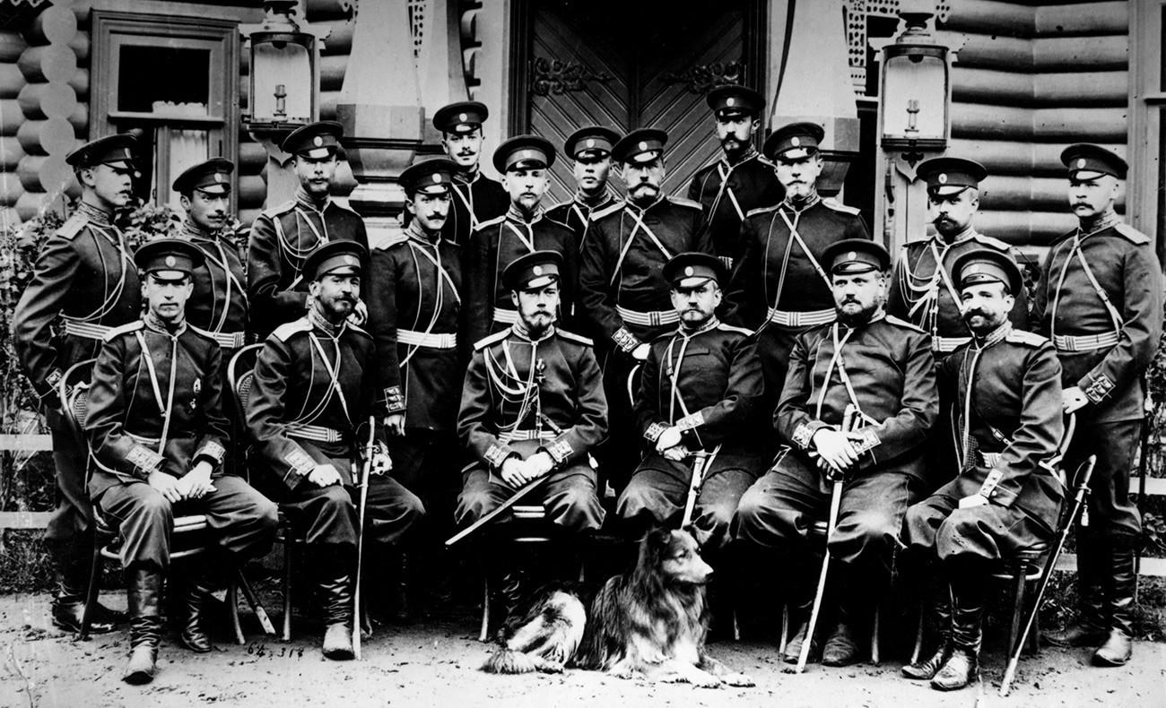 Царот Николај Втори на фотографија со генерали и со кучето.