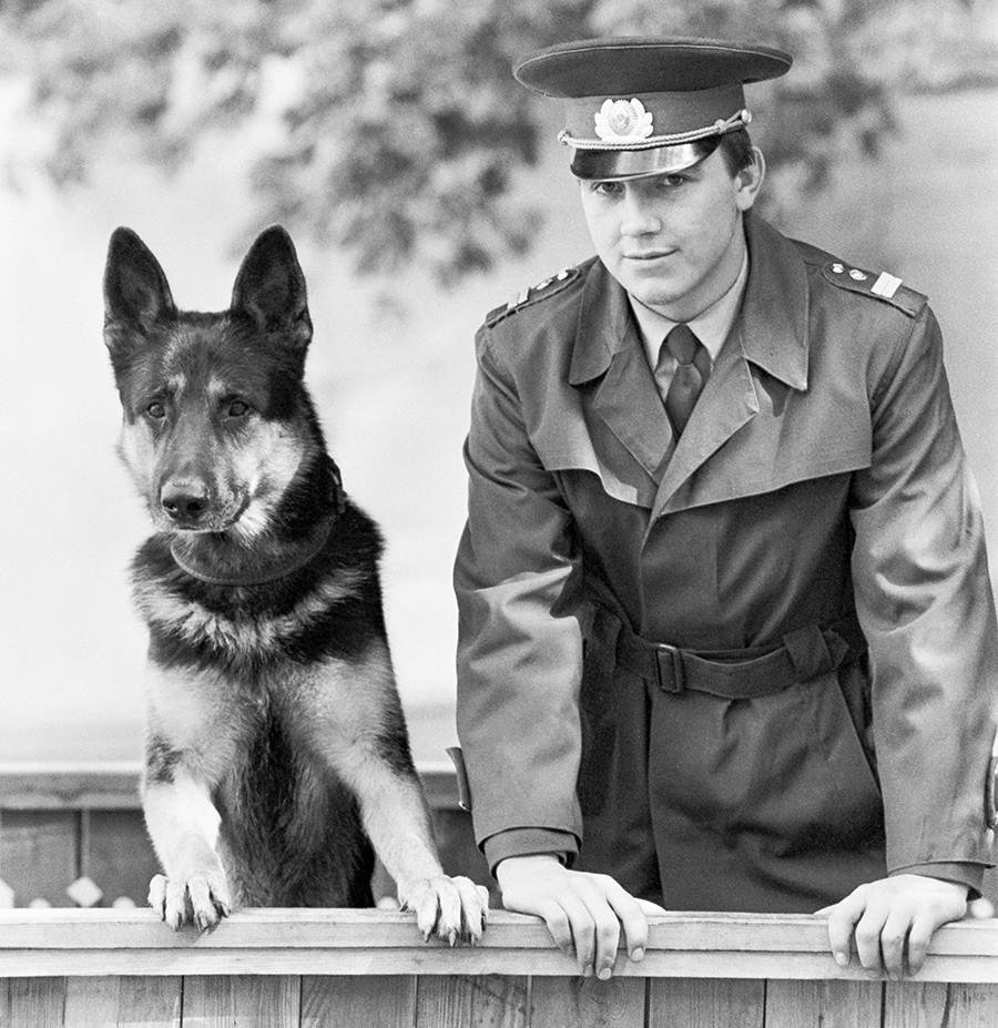 Помладиот инспектор-кинолог Александар Козмарев со службено куче-трагач по име Алиј