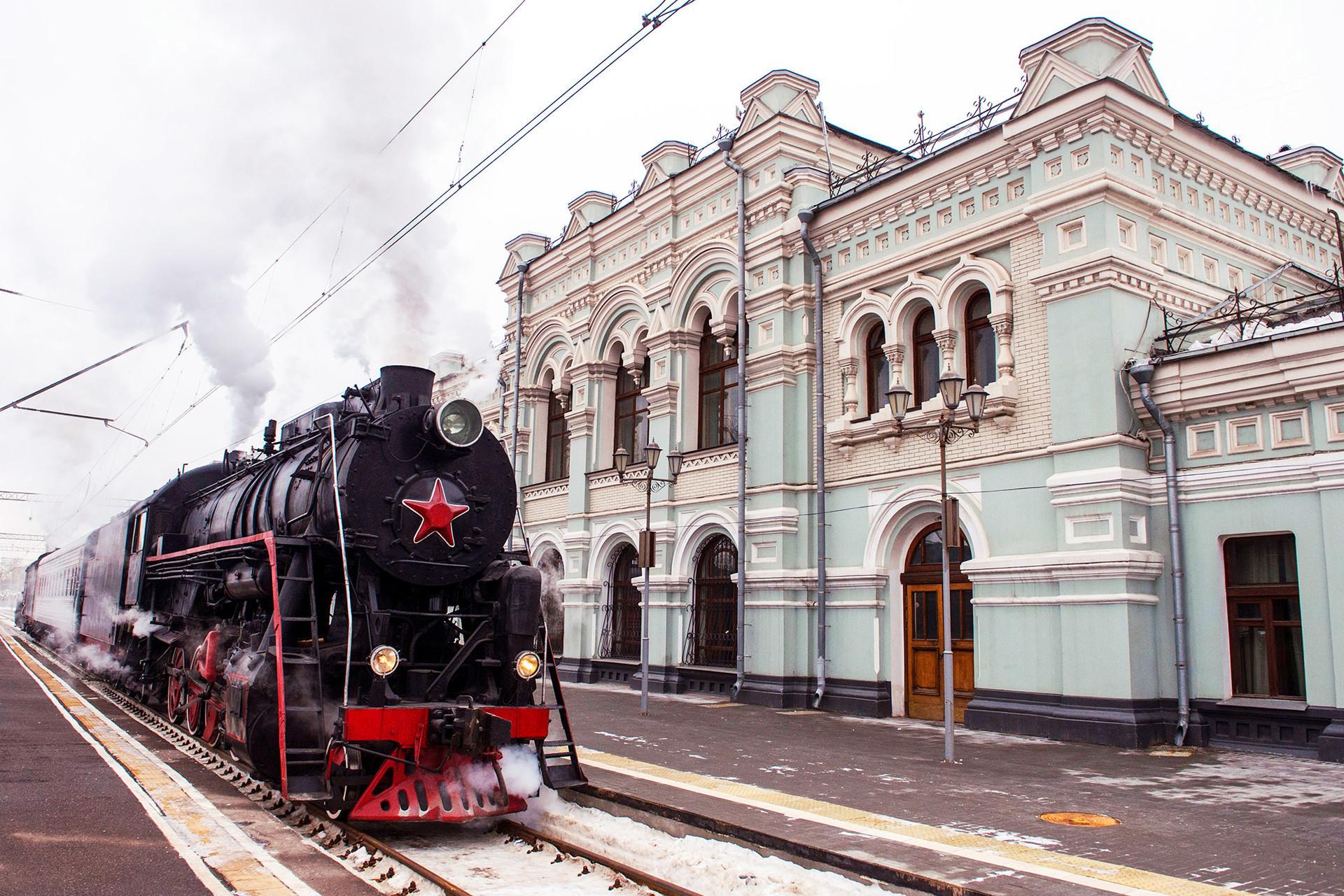 Trem antigo da Russian Railways chega à estação ferroviária Ríjskaia.