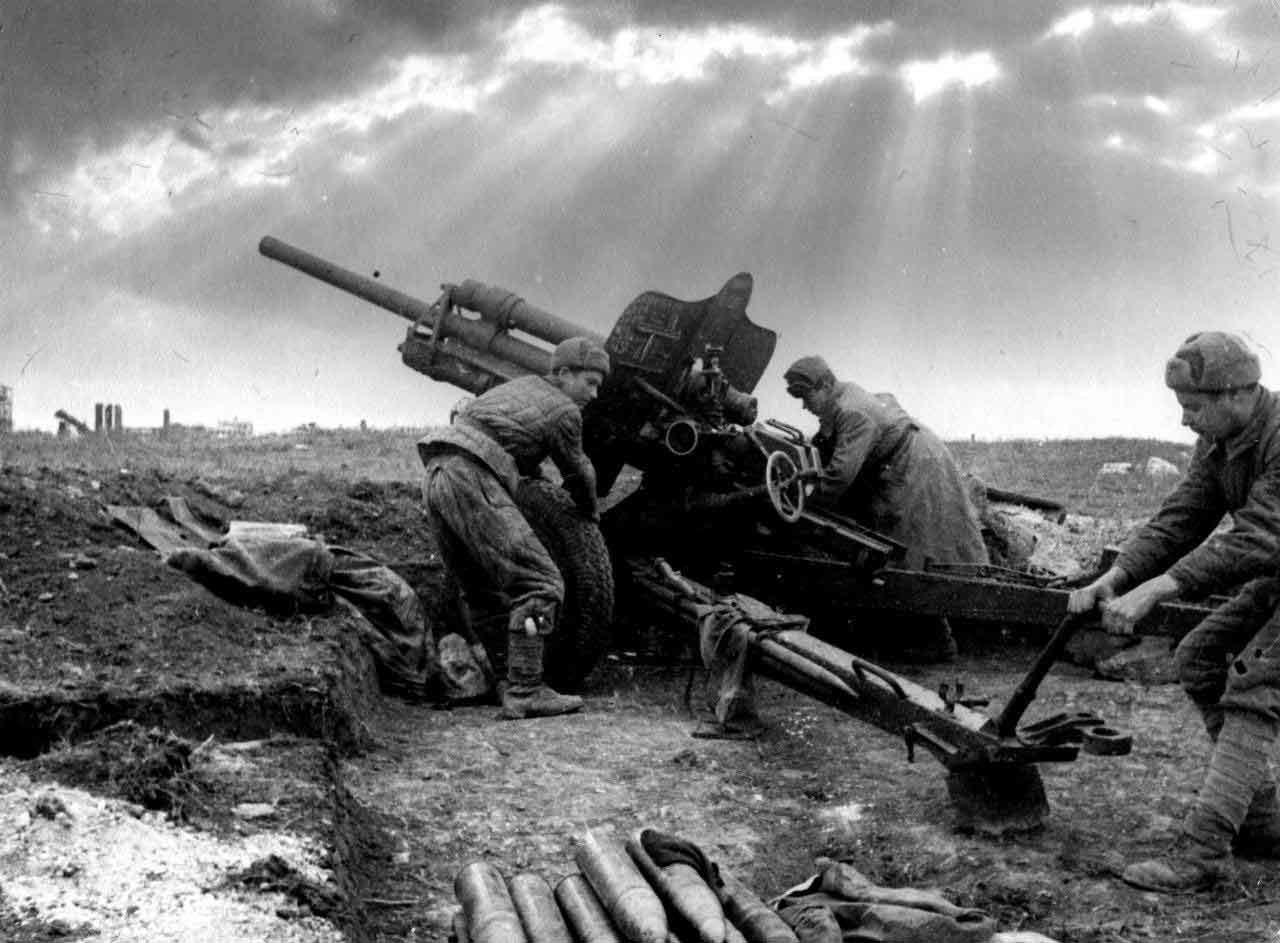 Совјетска артиљерија приликом ватрене припреме приликом Битке за Севастопољ