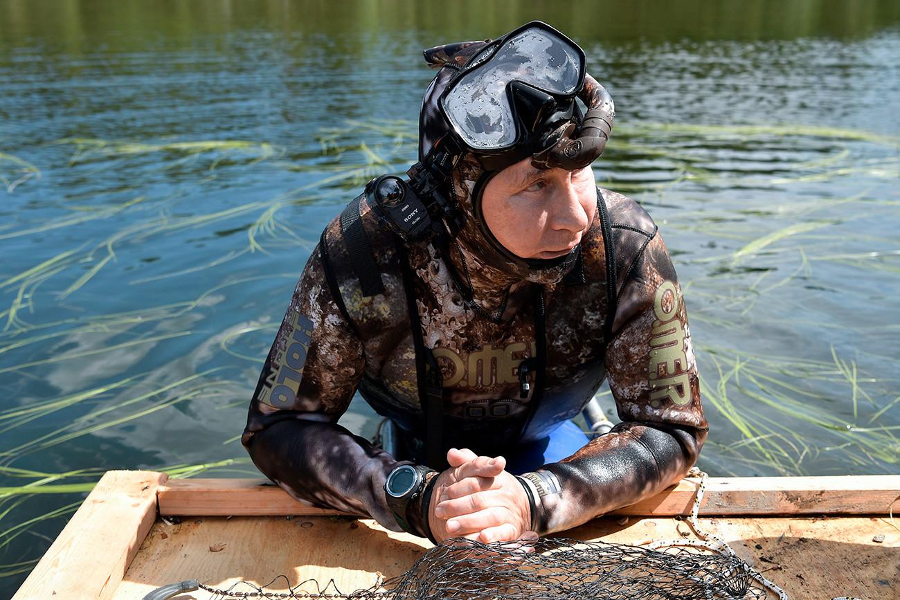 ヴォルガ川でダイビングをした後のウラジーミル・プーチン。