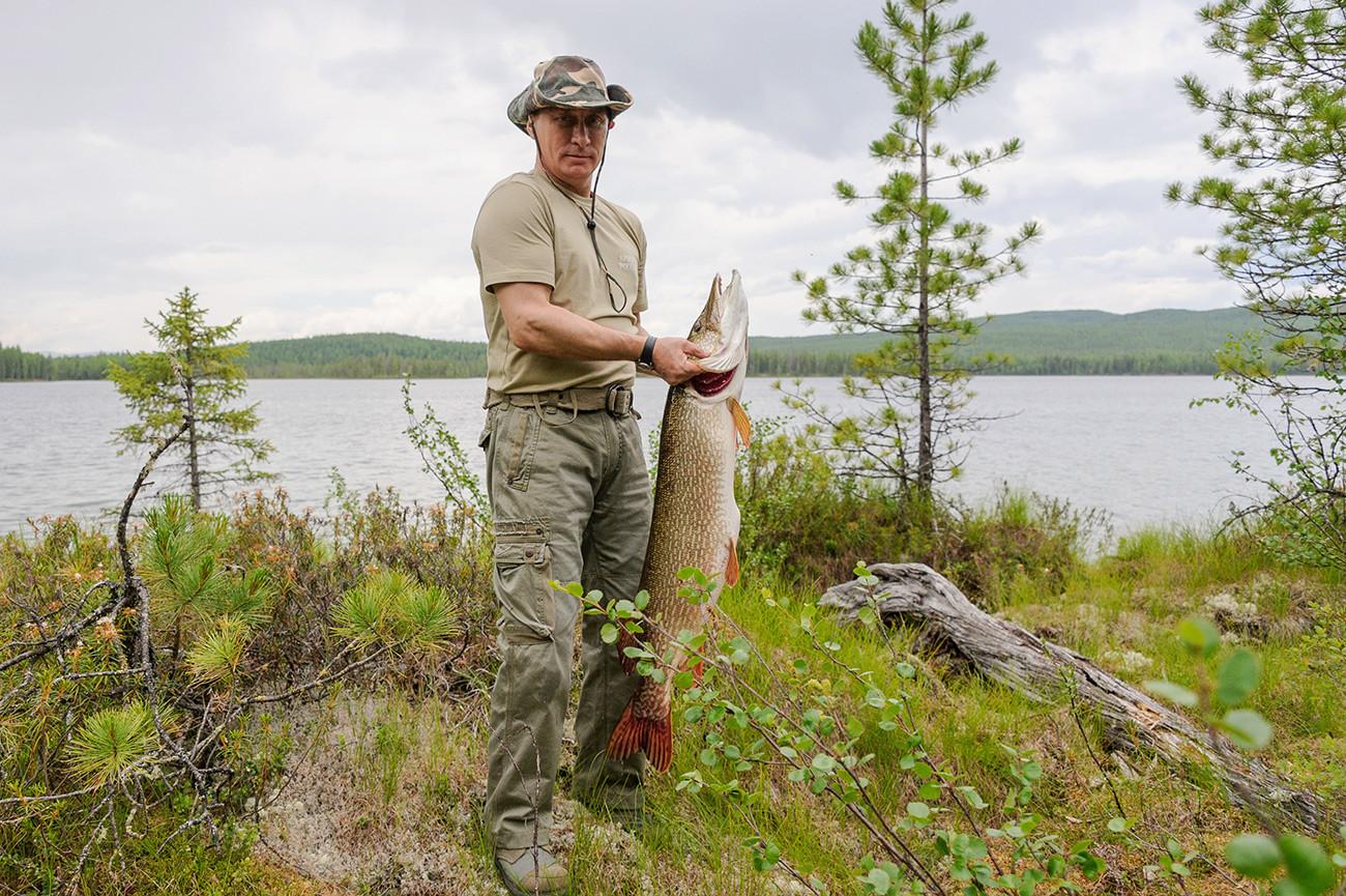ウラジーミル・プーチンと有名な21キログラムのカワカマス。