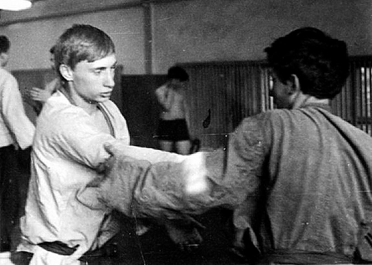 柔道の練習をしている若いウラジーミル・プーチン。