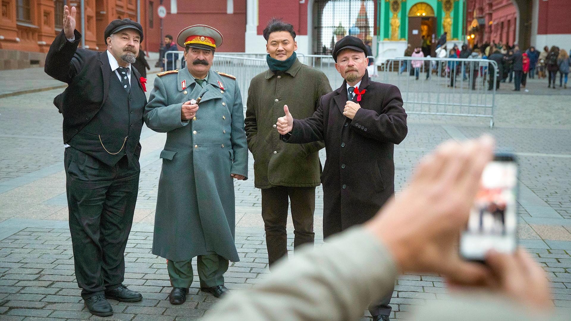 Туристы с двойниками Сталина и Ленина.