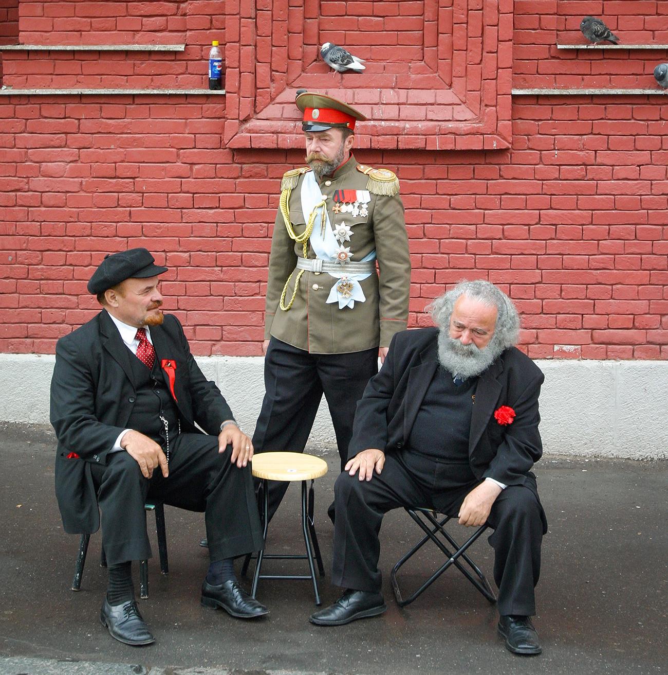 Двойники Владимира Ленина, Карла Маркса и Николая II в центре Москвы.