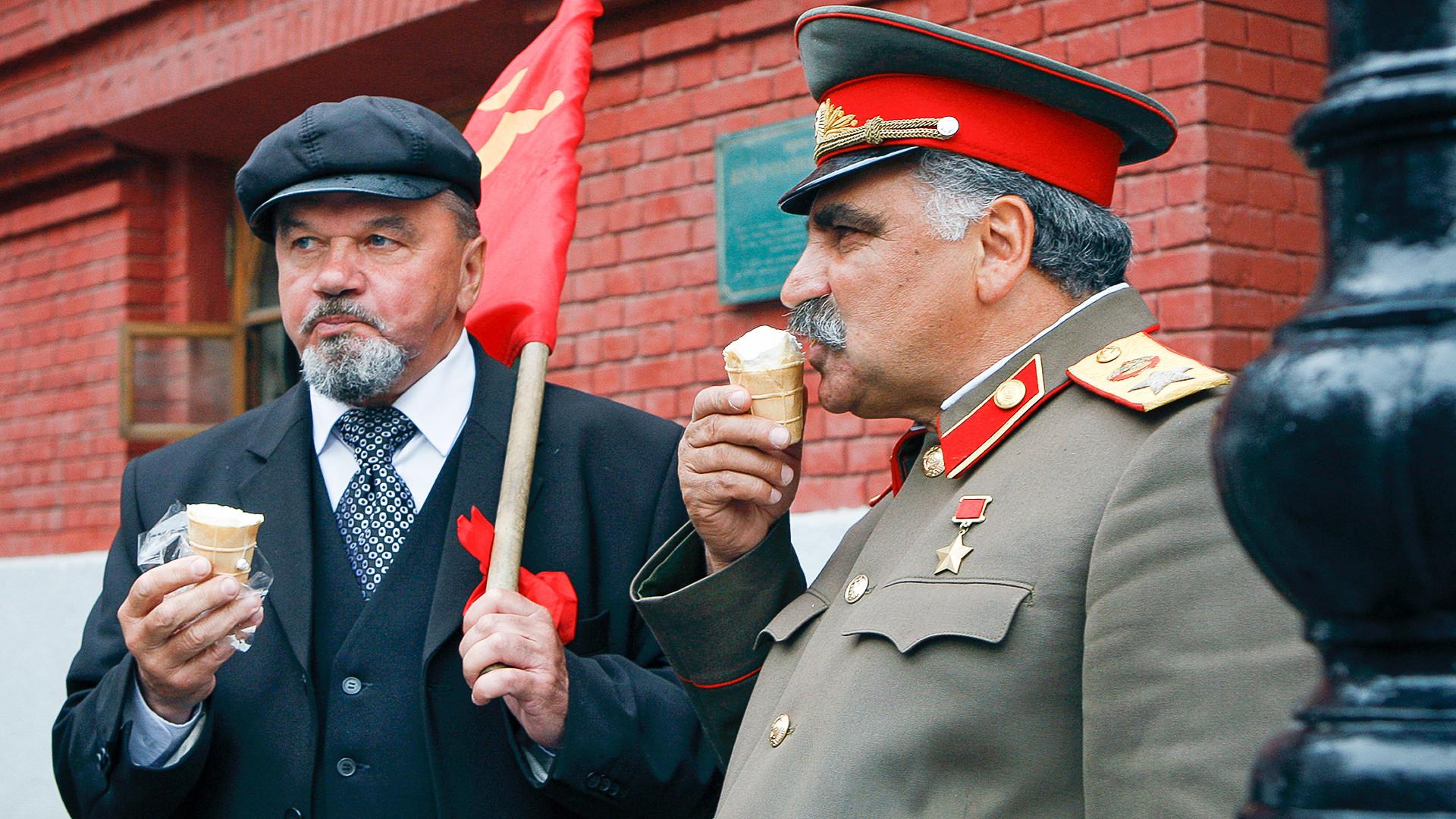 Двойники Сталина и Ленина на Манежной площади.