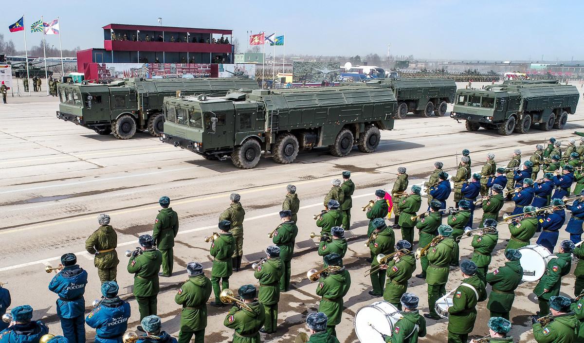 Sistema de misiles Iskander-M durante el ensayo del Desfile de la Victoria en Alábino.