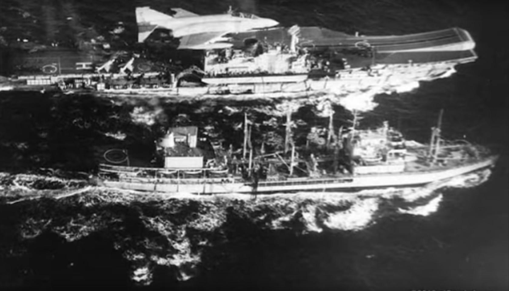 Portaaviones HMSHermesy buque de transporte RFATidespringdesde el Tu-95 del coronel Bulbenkov.