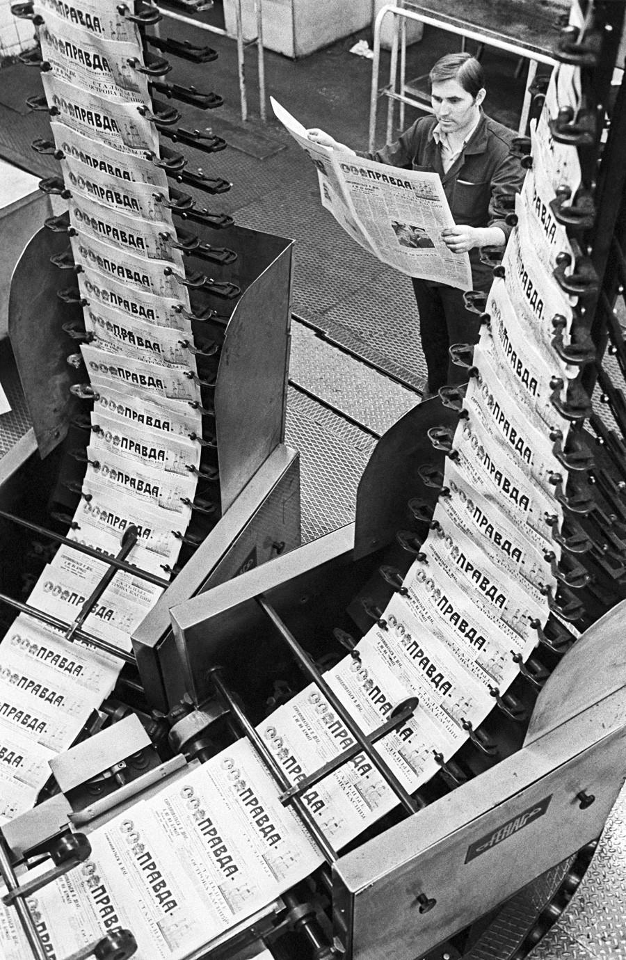 Jornais Pravda recém-impressos, em 1987