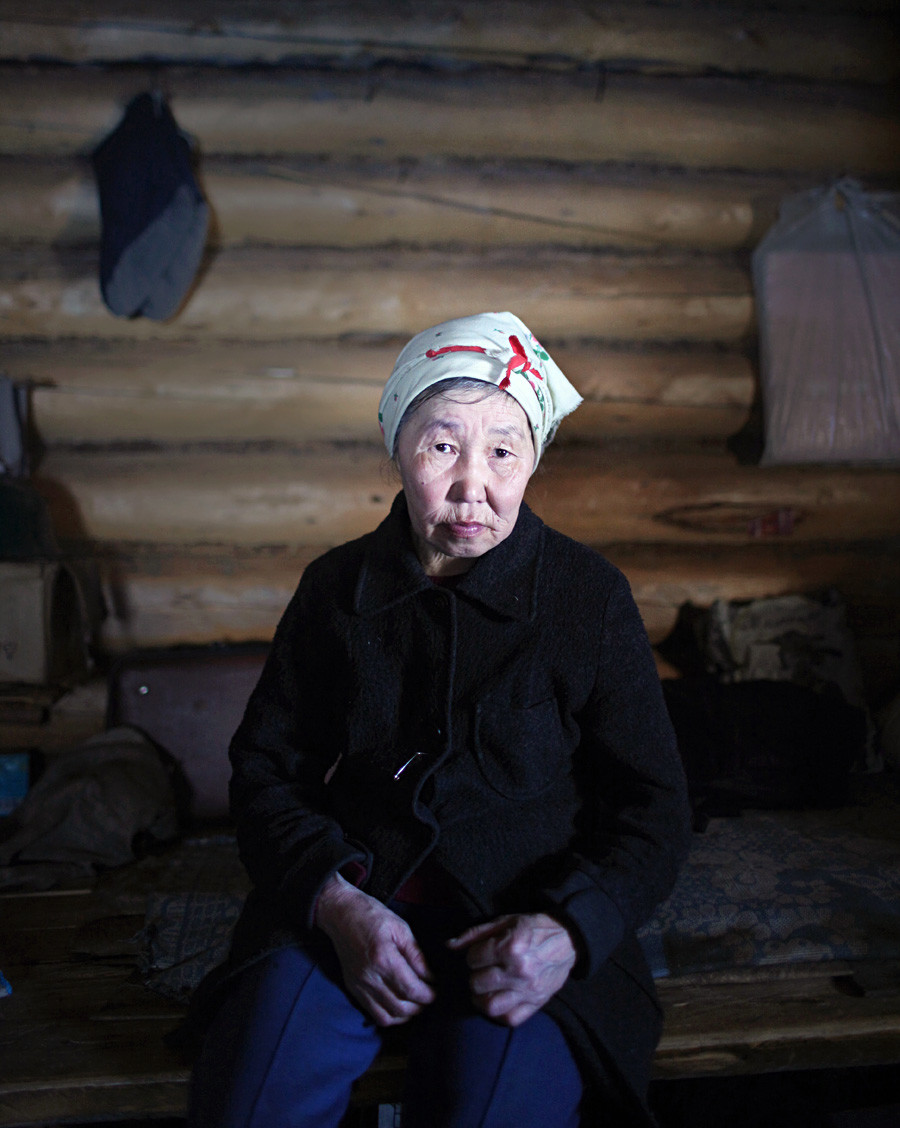 サチェギル家のマリア。少数しか残っていないトナカイ飼いの遊動民の一人。イルク州、カタガンスキー地区、タテヤ川付近のキャンプにて。