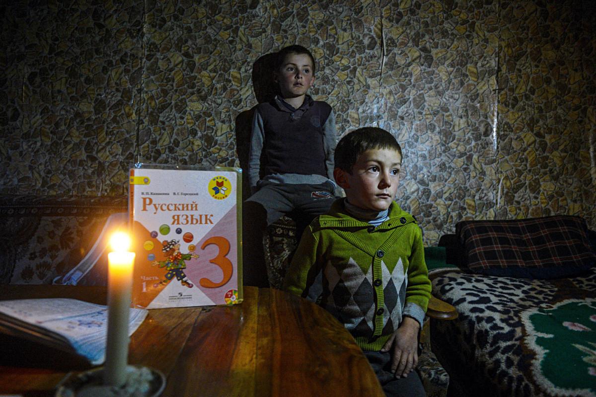 ガサノフ兄弟。家にいるマリク(右)とガジ。ダゲスタンのルトゥリスキー地区ラクン村。ガサノフ家はこの村の唯一の住民だ。1970年代にこの村の住民たちはみんな下にある他の村に移住したが、この家族は帰って来た。