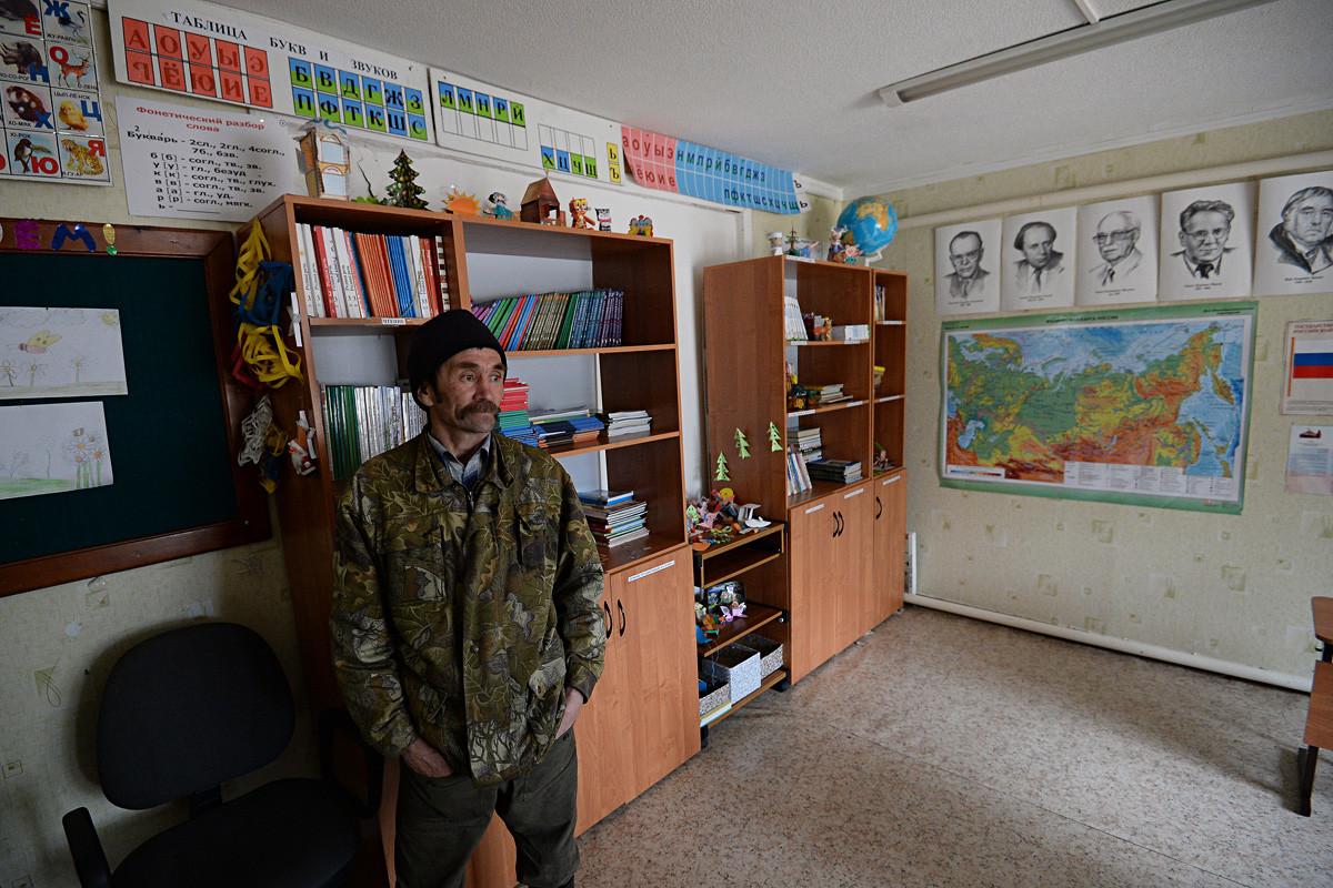 ハンティ人のロマン・チルチンが学校3人の生徒に課目を教えている。ハンティ・マンシ自治管区、ニジネヴァルトフスク地区。ハンティ人のウスチ・ヴァチエガン野営場。