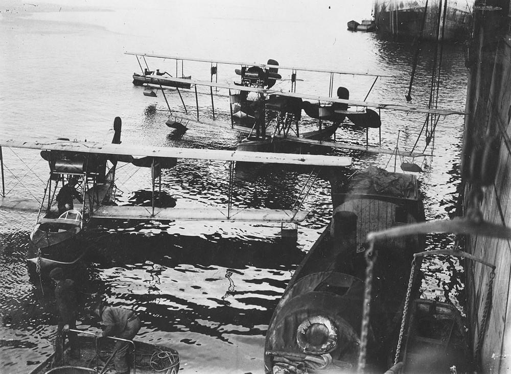Hidroaviones cerca del portaaviones Orlitsa.