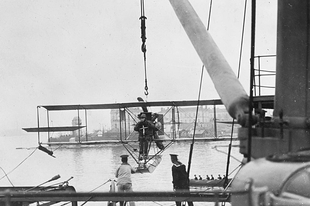 防護巡洋艦「カグール」に載せられる水上滑走艇«Curtiss» Model D。