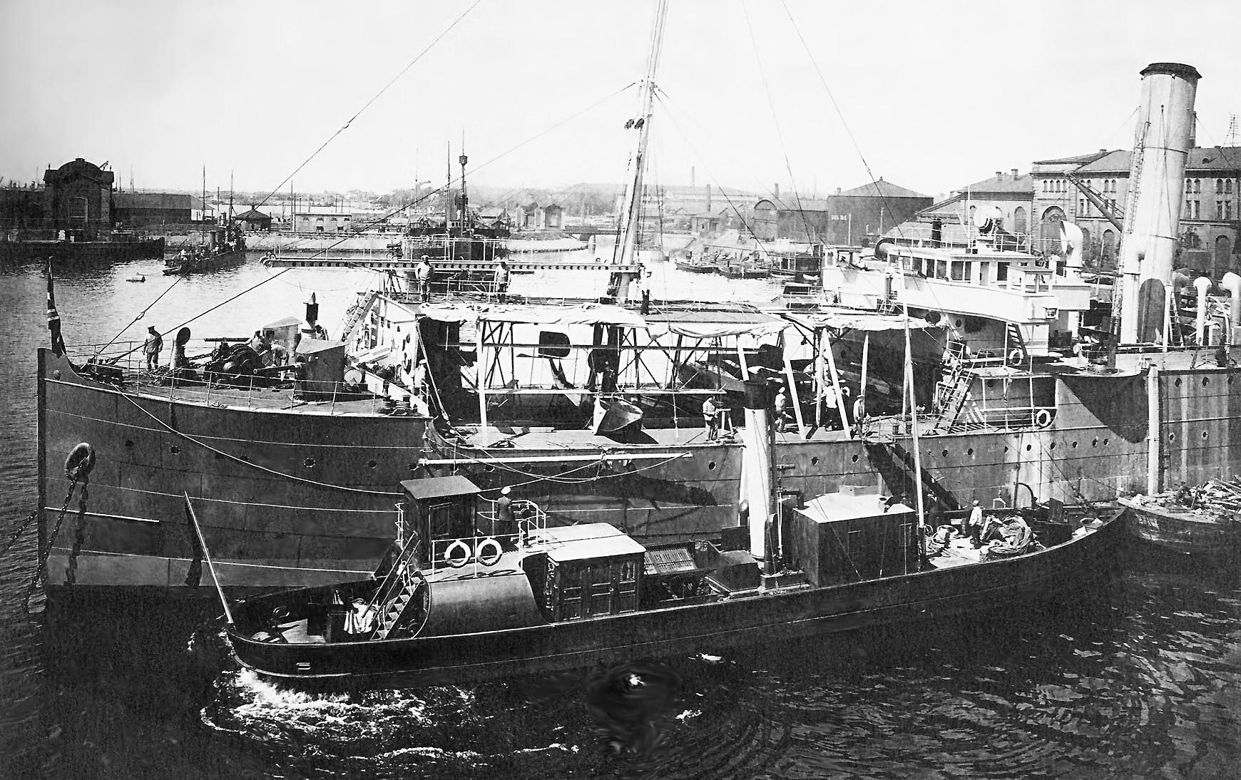 飛行艇 F.B.A. Type Сを載せた水上機母艦「オルリーツァ」。