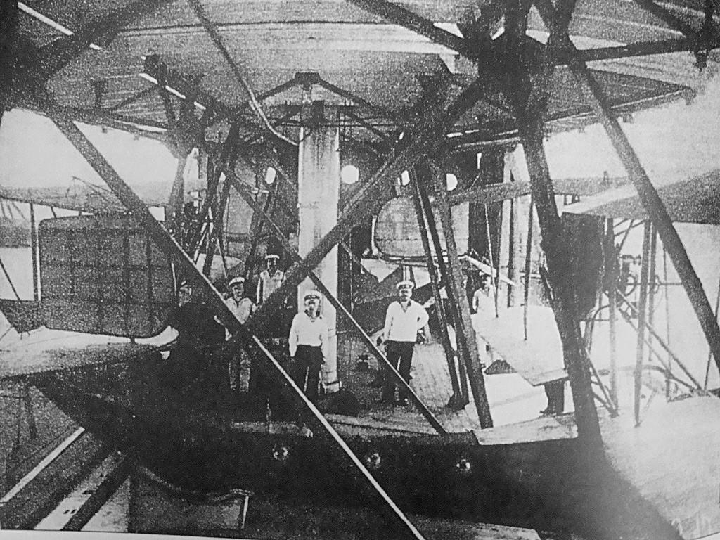 水上機母艦「オルリーツァ」のシェルターでの飛行艇 F.B.A. Type С。