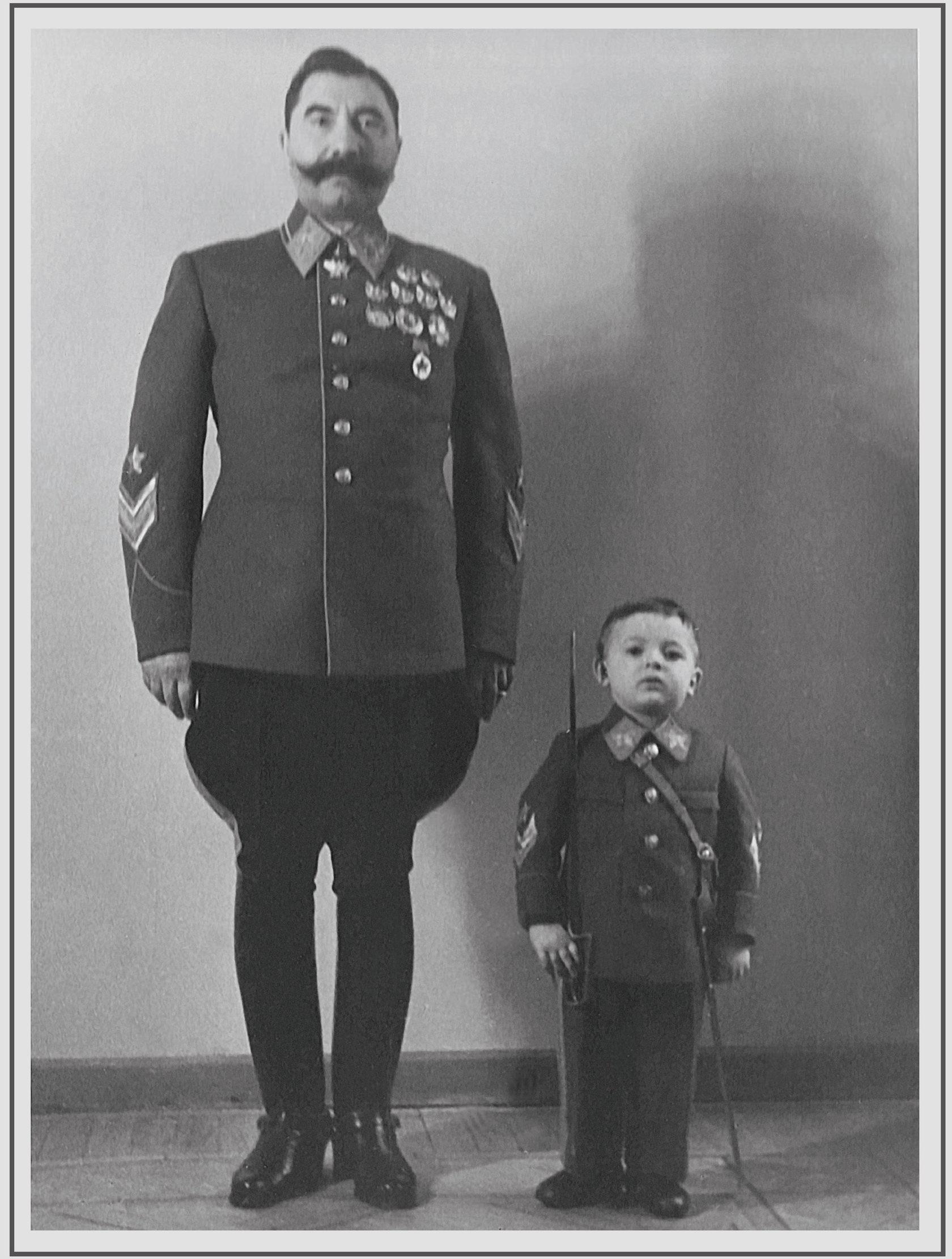 Семјон Буѓони со синот.