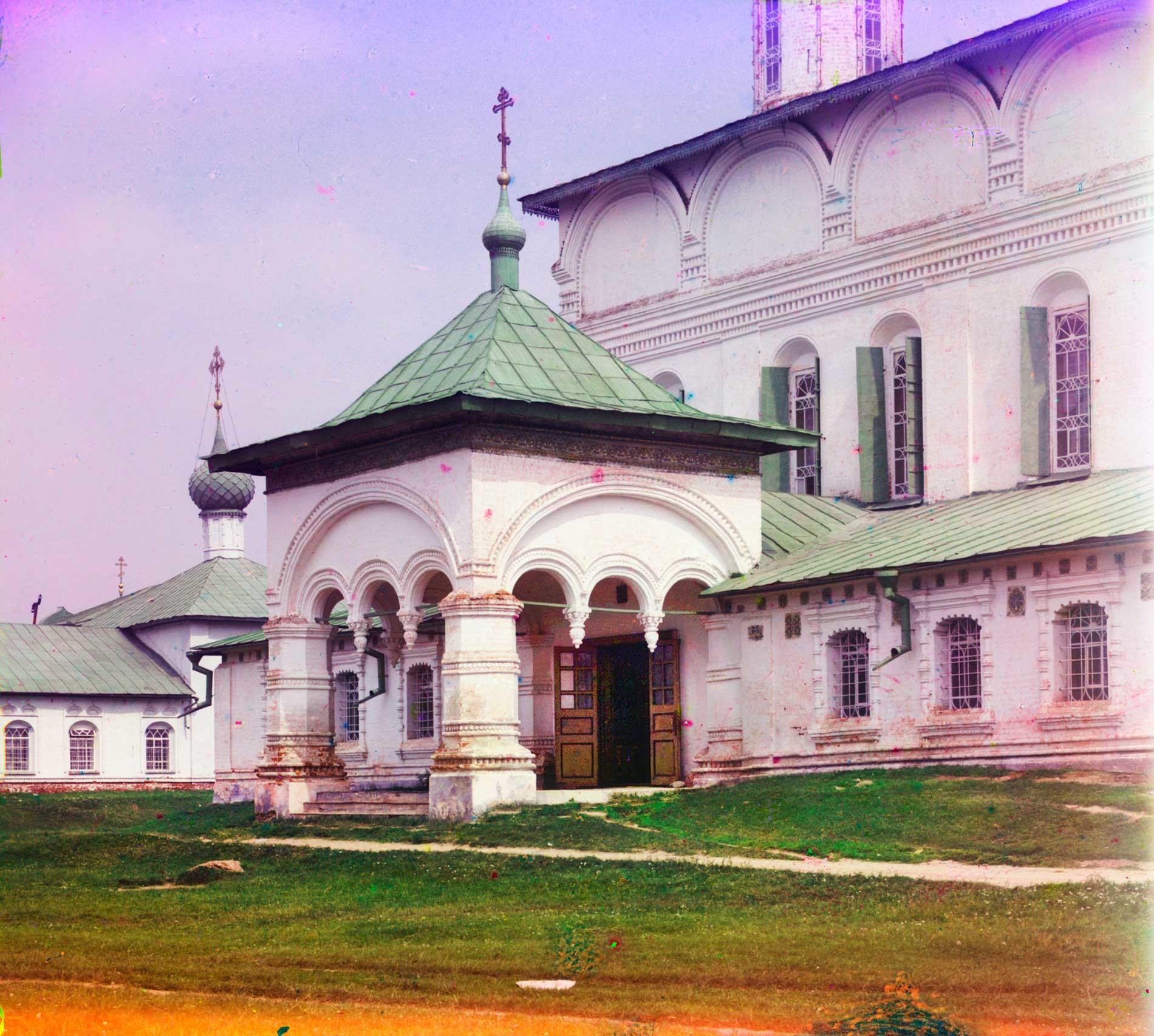 """Chiesa dell'Icona della Vergine di San Teodoro.Facciata ovest con portico principale. Sullo sfondo a sinistra: Chiesa di San Nicola """"sui ceppi"""". Estate 1911"""