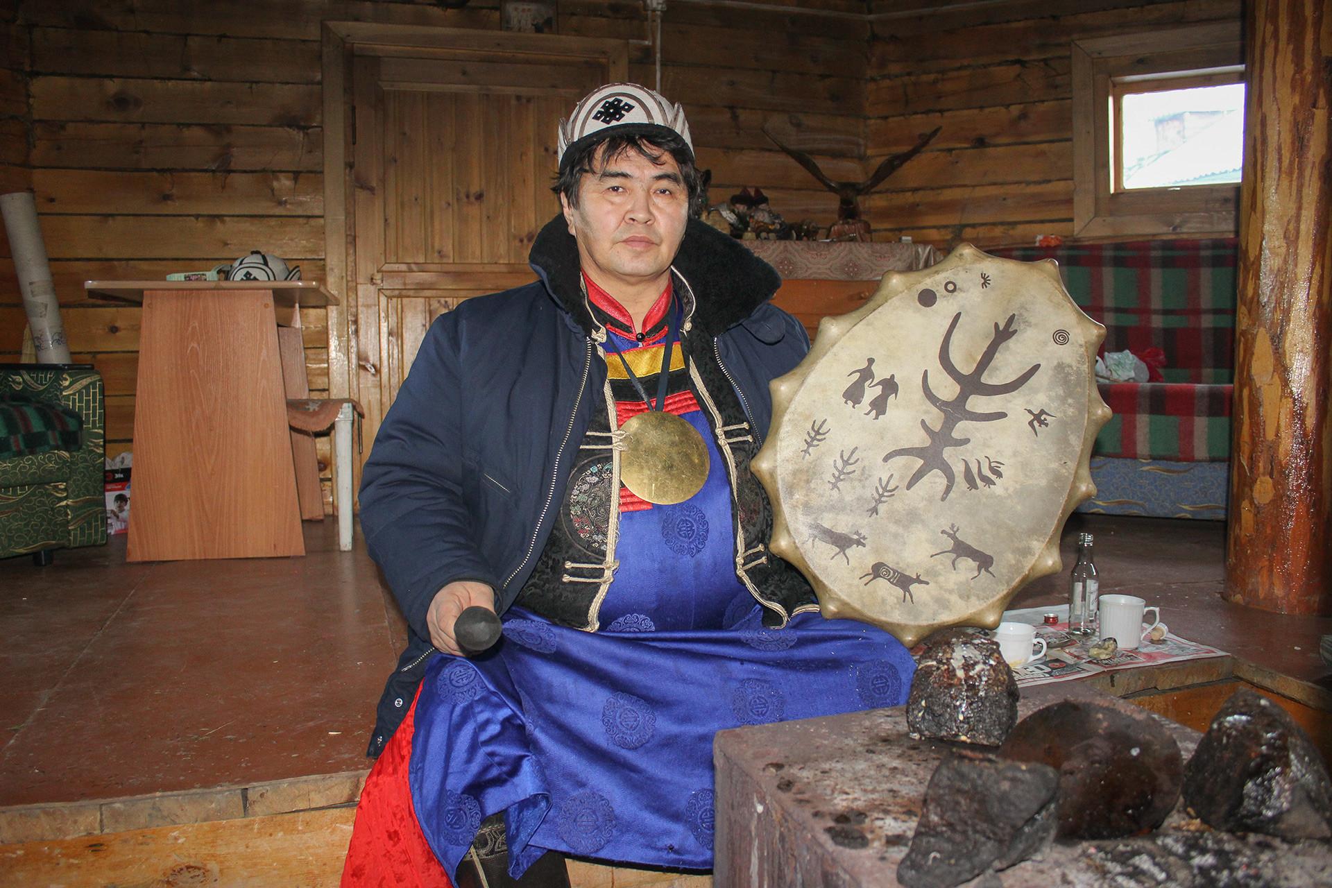 Khagdaev di dalam yurt miliknya.