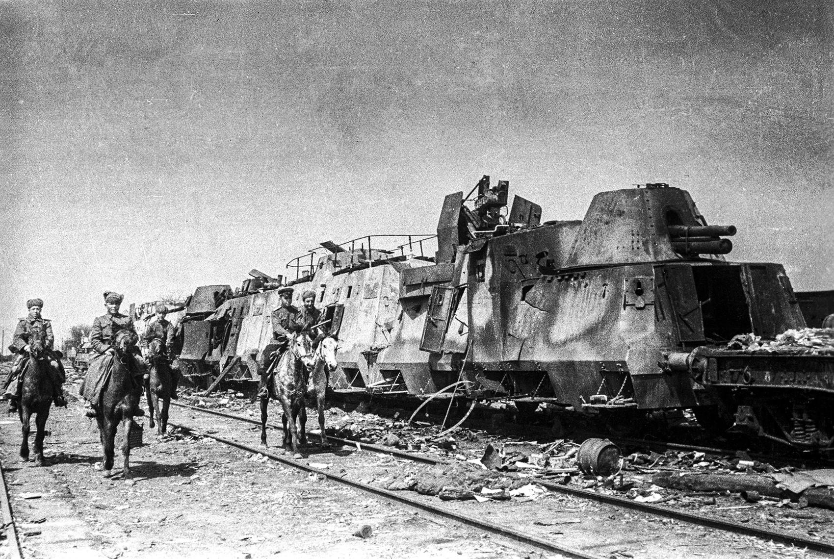 Kozaki generala Plijeva zasegli nemški vojaški vlak, postaja Razdelnaja, 3. ukrajinska fronta, april 1943