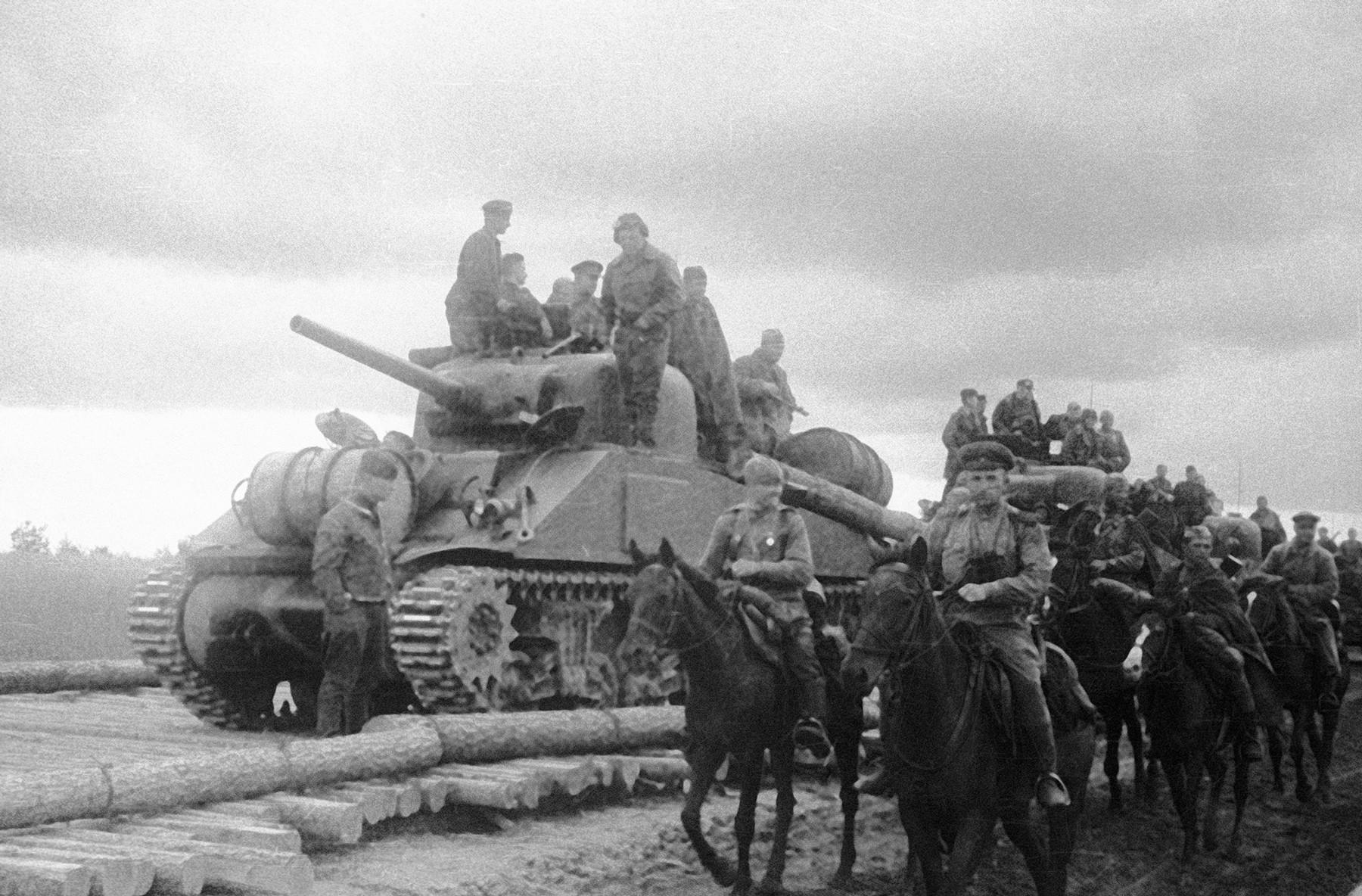 Jugozahodni frontni oddelek sovjetske konjenice in sovjetska tankovska enota z ameriškimi tanki Sherman