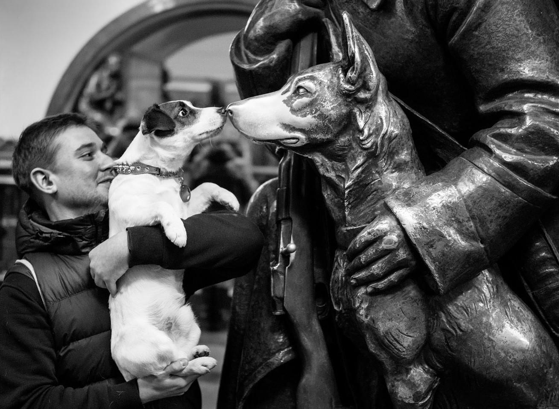 Bronasti vojak s psom na postaji Trg revolucije, januar 2018