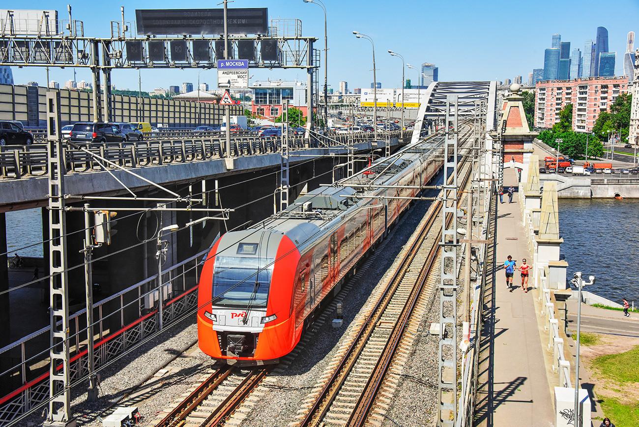 Jalur kereta api Moskow Central Circle cukup baru di kota tetapi masih sangat berguna bagi banyak orang Moskow.