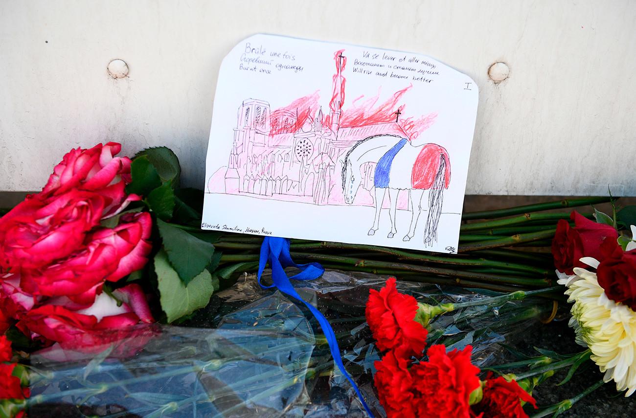 在モスクワフランス大使館のそばに置かれた花束。