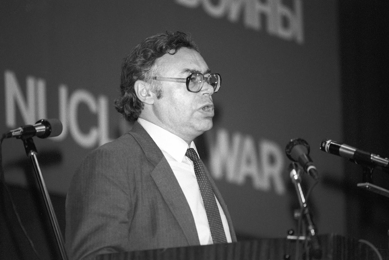 """Међународни симпозијум """"Улога лекара у спречавању нуклеарног рата"""". Говори дописни члан Академије наука СССР-а, доктор физичко-математичких наука Георгиј Сергејевич Голицин."""