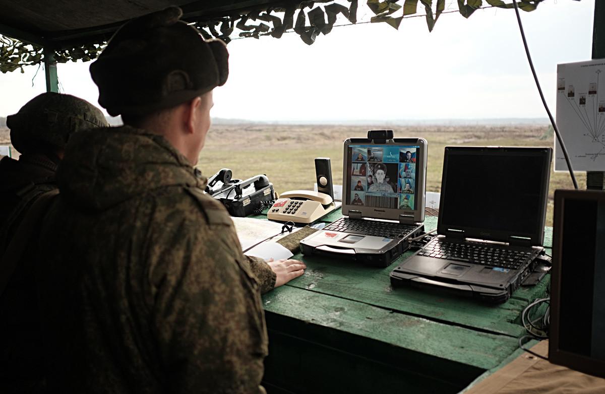訓練の時に射撃練習場にいるモリキノロシア軍の軍人たち。
