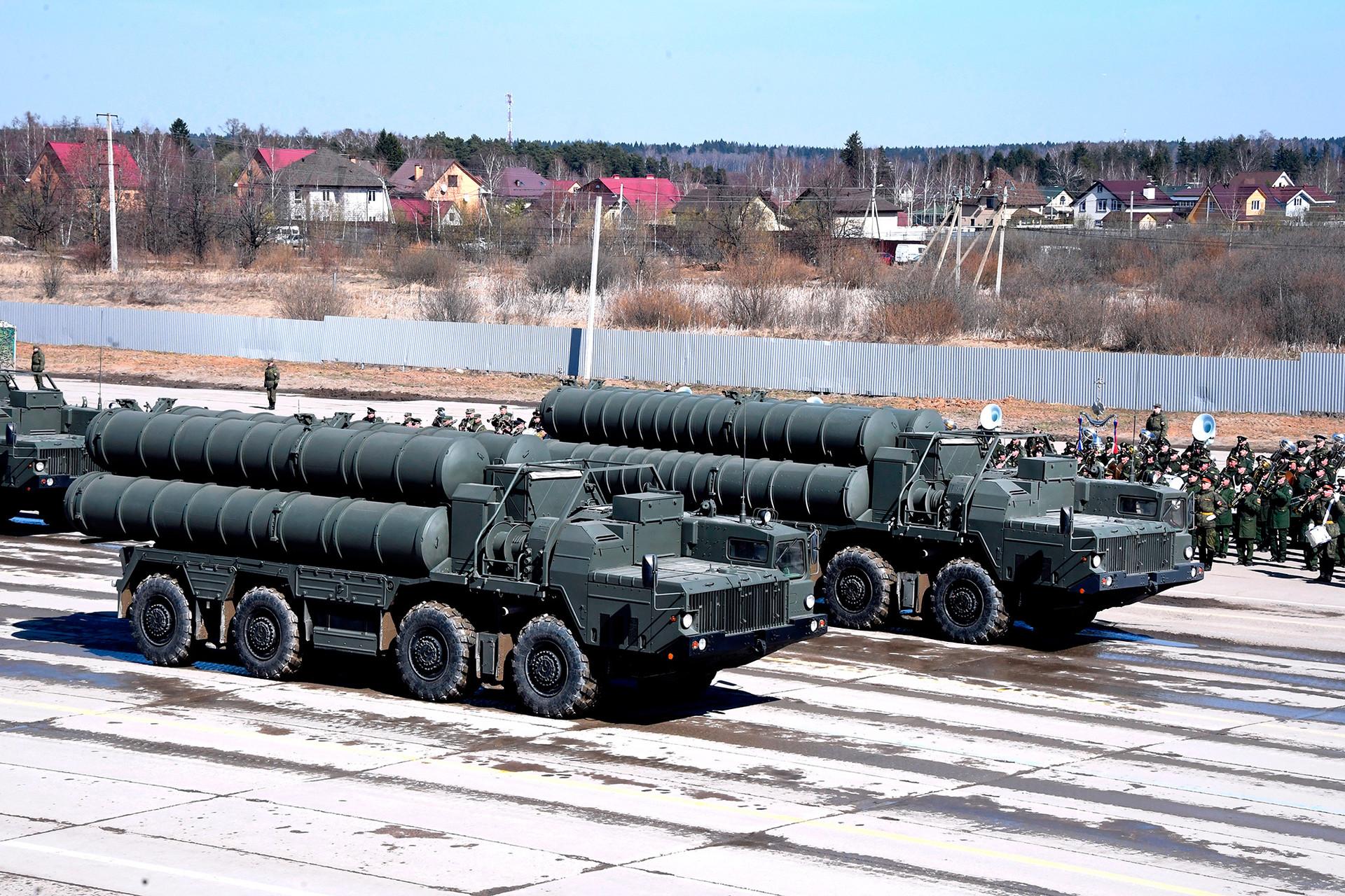 Зенитни ракетни системи С-400 по време на репетиция за Парада на Победата на военния полигон