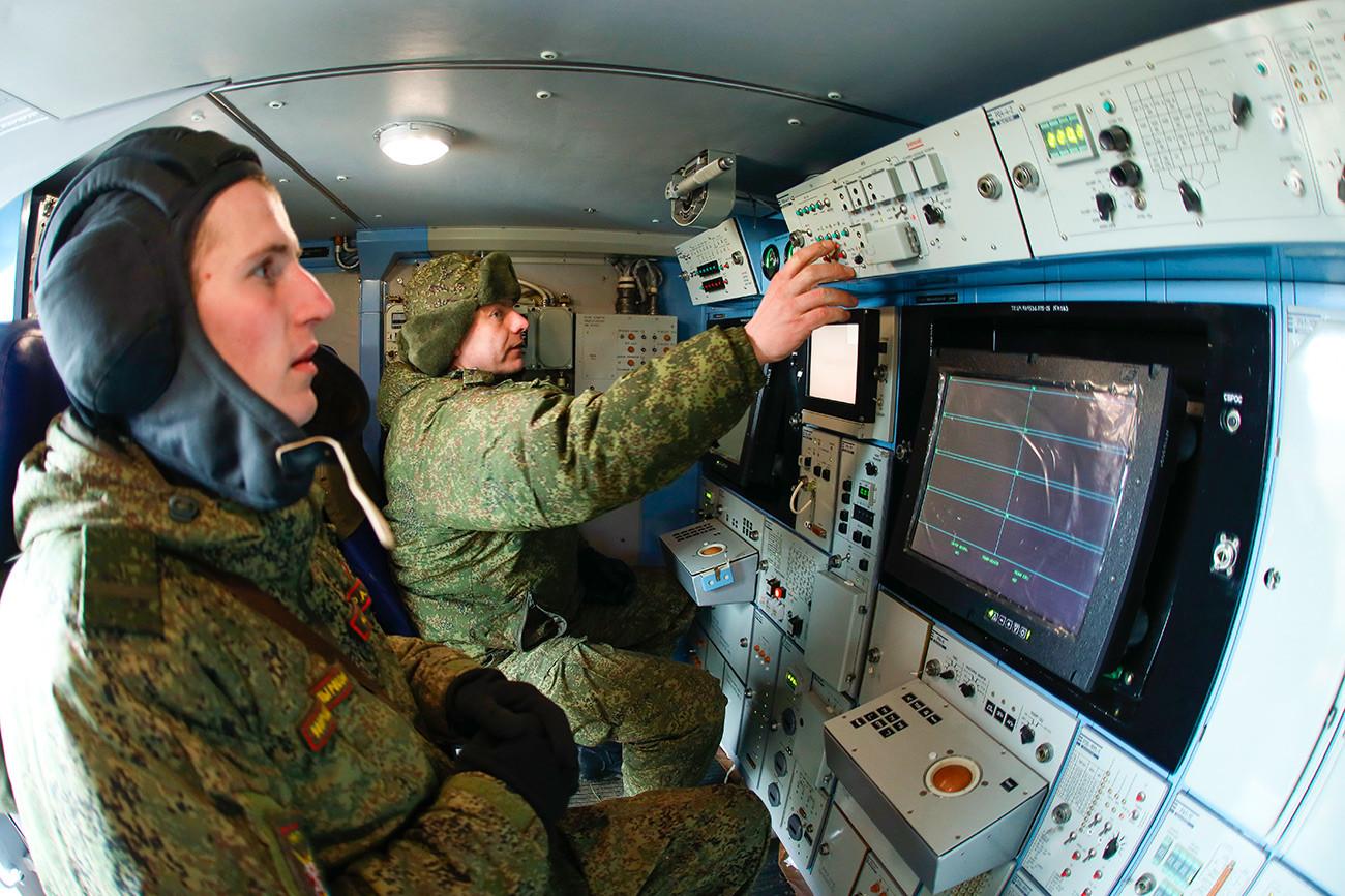 Руски военнослужещи по време на военни учения на арктическия зенитен ракетен комплекс за ПВО