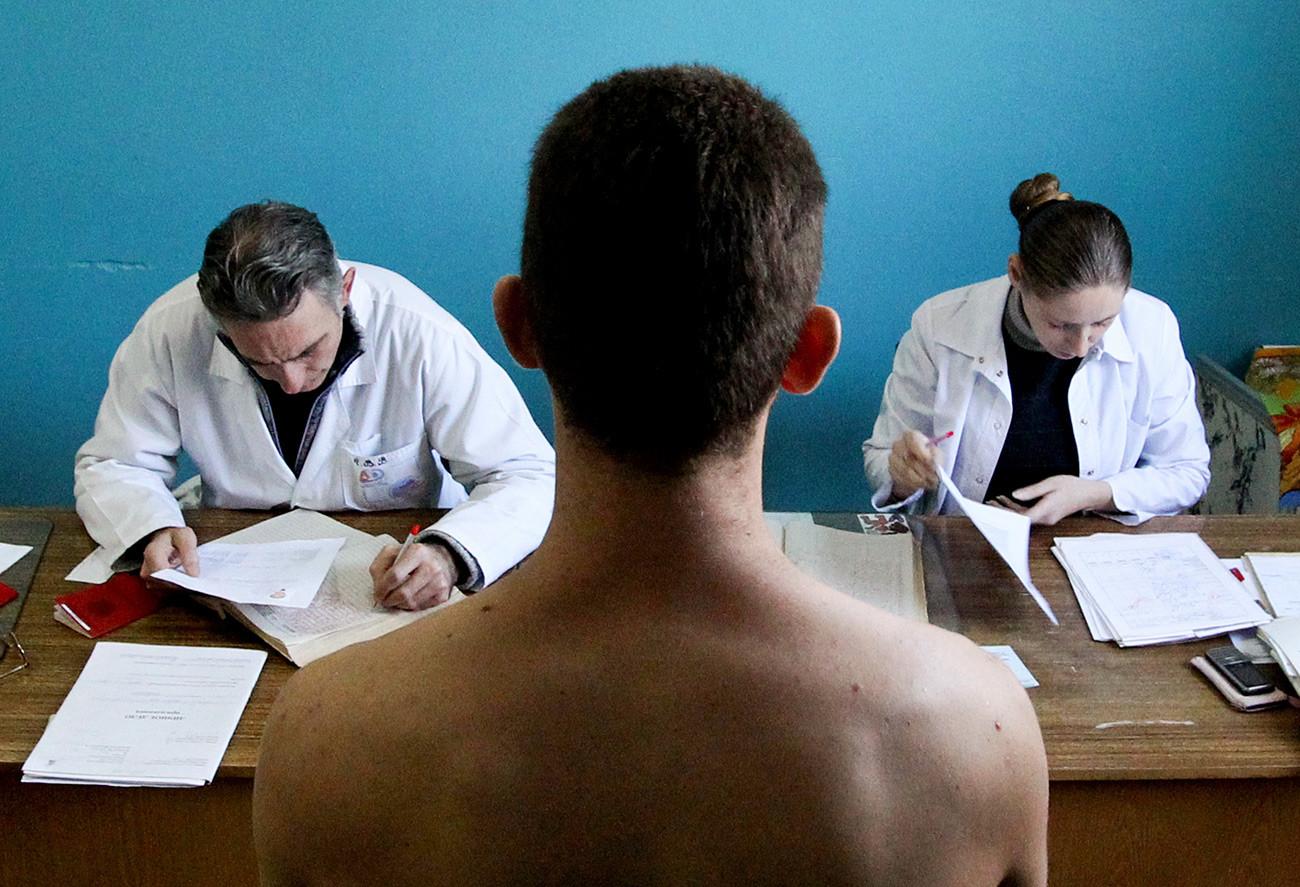Наборник по време на преминаването през военномедицинска комисия в сборен бункт във Владивосток.