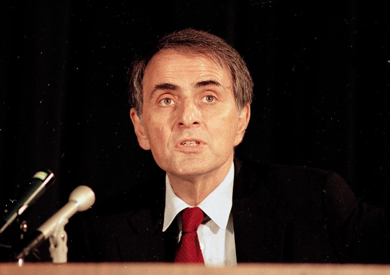 天体物理学者カール・セーガン博士。1986年。