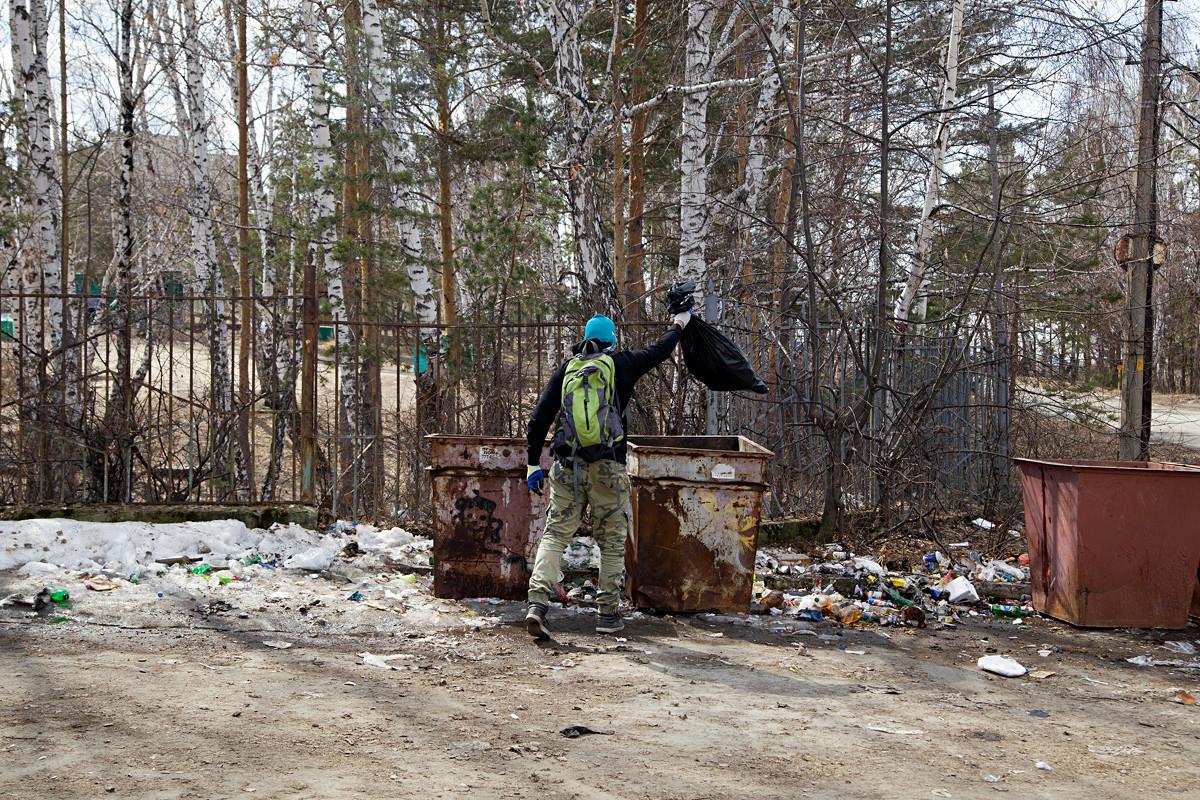 У входа в карьер стоят мусорные контейнеры, но не все до них доходят. а некоторые еще и промахиваются.