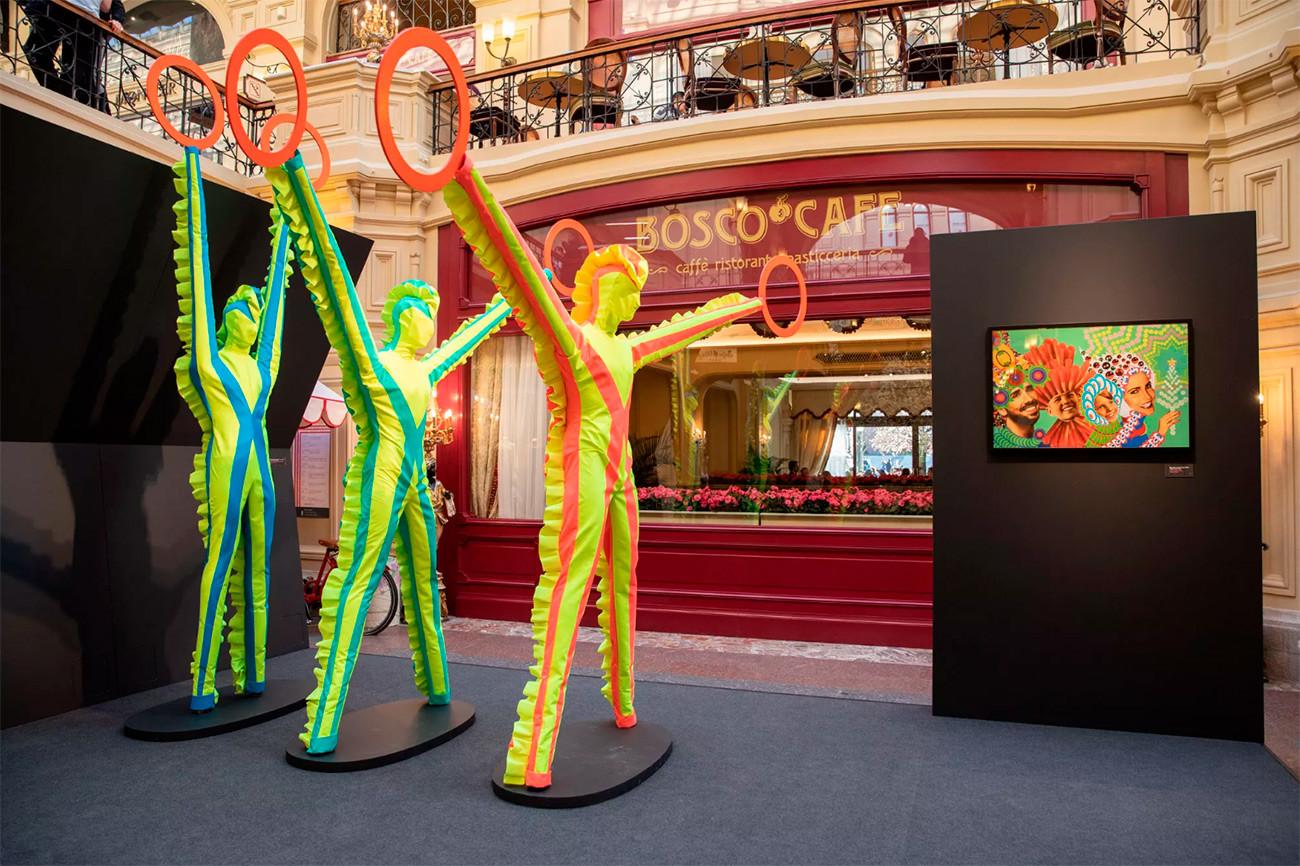 """Andrej Bartenev. """"Segnalatori – L'approdo della nave della felicità familiare"""", 2019, scultura (a sinistra), """"Sorridete!"""" 2015, collage digitale (a destra)"""