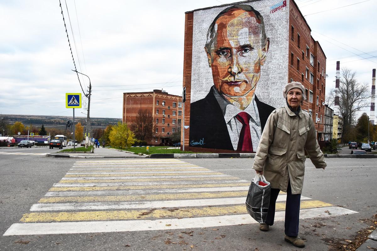 プーチン大統領を描いた壁画。モスクワから115キロメートルにあるカシーラ市。2017年10月16日。
