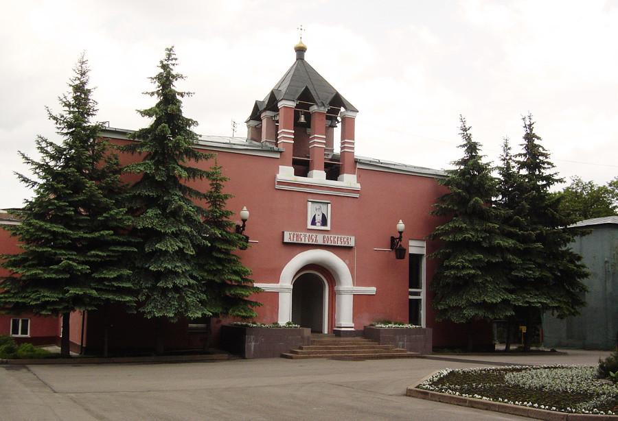 Bekas krematorium di pemakaman Donskoe, saat ini kembali menjadi Gereja Prepodobnogo Serafima Sarovskogo.