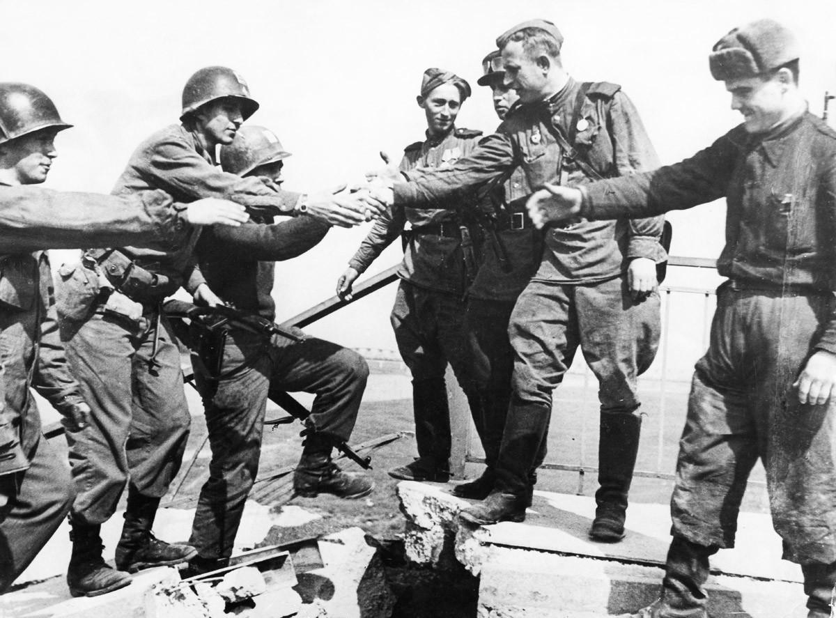 Сусрет америчких и совјетских војника 25. априла 1945. у  граду Торгау, Немачка, на реци Елби, у последњим данима Другог светског рата у Европи.