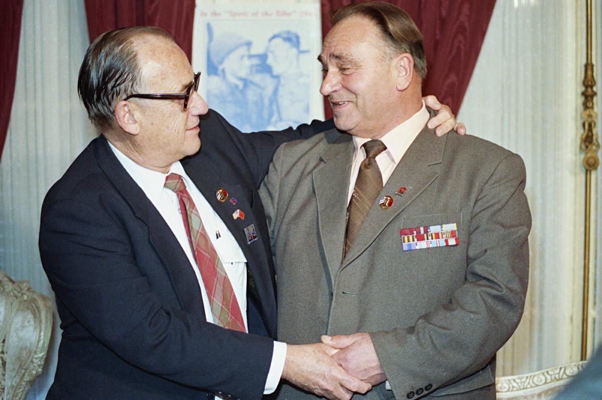 Вашингтон, САД, ¬7. децембар 1987. године. Амерички поручник Вилијам Робертсон и гардијски поручник Александар Сиљвашко за време сусрета у Вашингтону, неколико година после сусрета совјетских и америчких трупа на реци Елби у пролеће 1945.
