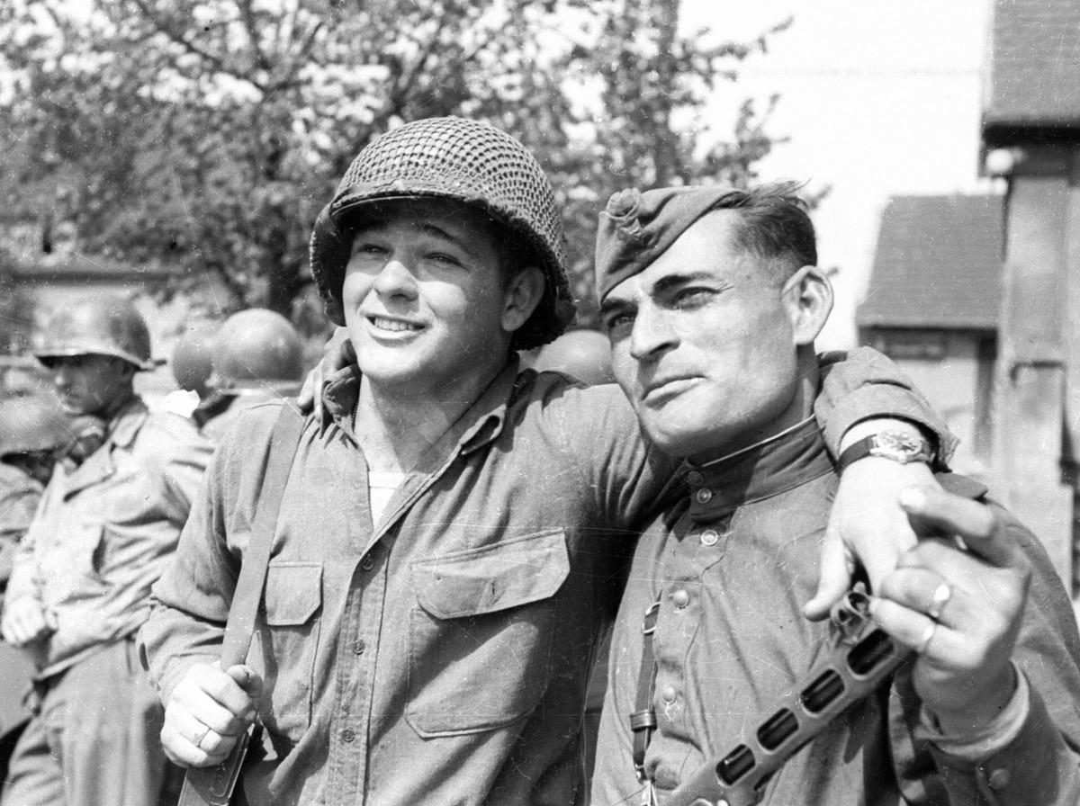 Црвеноармејац Иван Нумладзе и редов америчке армије Бајрон Шивер у сусрету на Елби.