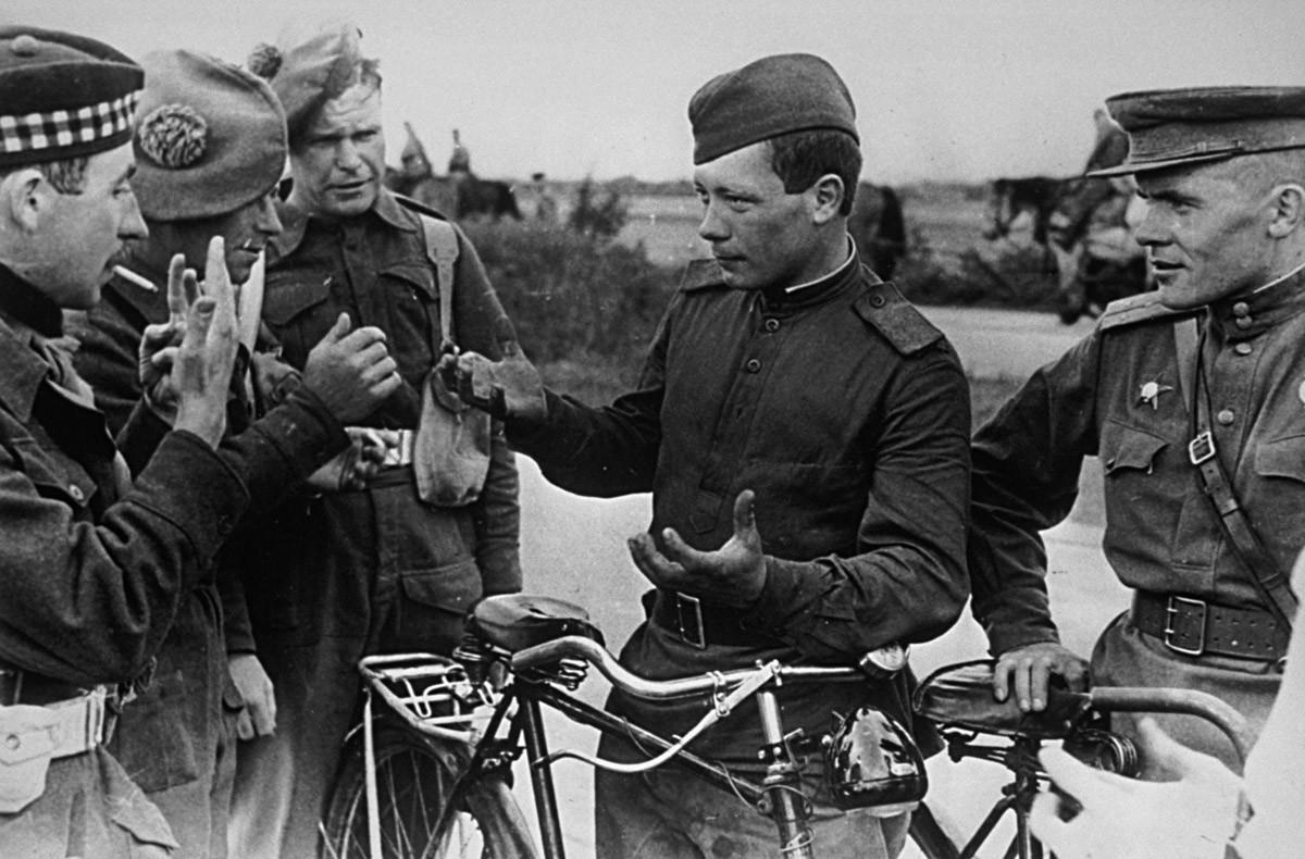 Руске трупе у свом напредовању ка западу од Елбе сусрећу британске војнике за време корекције окупационих зона Немачке.