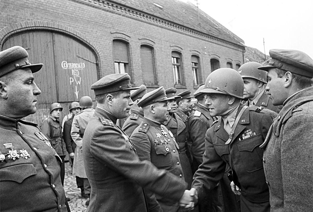 Sovjetski i američki vojnici se sastaju na rijeci Elbi blizu grada Torgaua u Njemačkoj, travanj 1945.