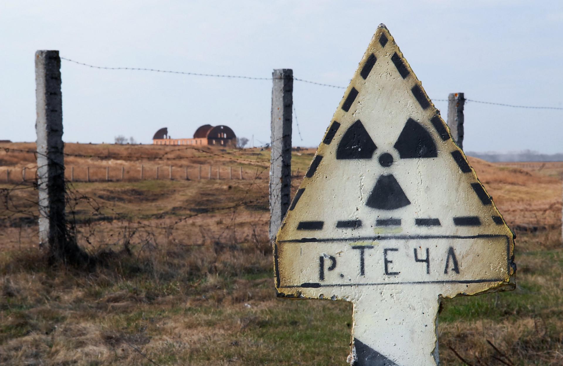 """Знак упозорења за зону високе радијације у селу Муслимово.после  контаминирања радијациом у постројењу за прераду нуклеарног горива """"Мајак"""", 1957. Ова трагедија је позната као Киштимска катастрофа."""