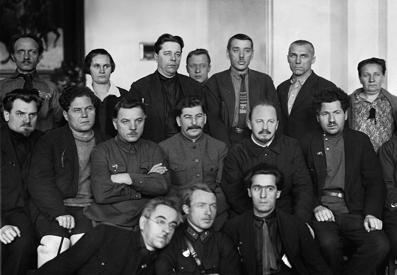 Климент Ворошилов, Јосиф Сталин и Николај Бухарин (во центарот од лево кон десно) со група делегати од Четвртиот серуски конгрес на Советите