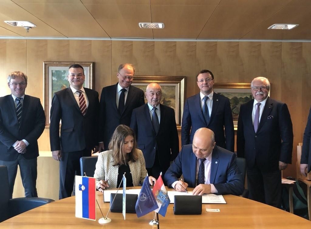 Sonja Šmuc (GZS) in Valerij Fomičov (Gosp. zbornica Samarske regije) podpisujeta sporazum o sodelovanju med zbornicama