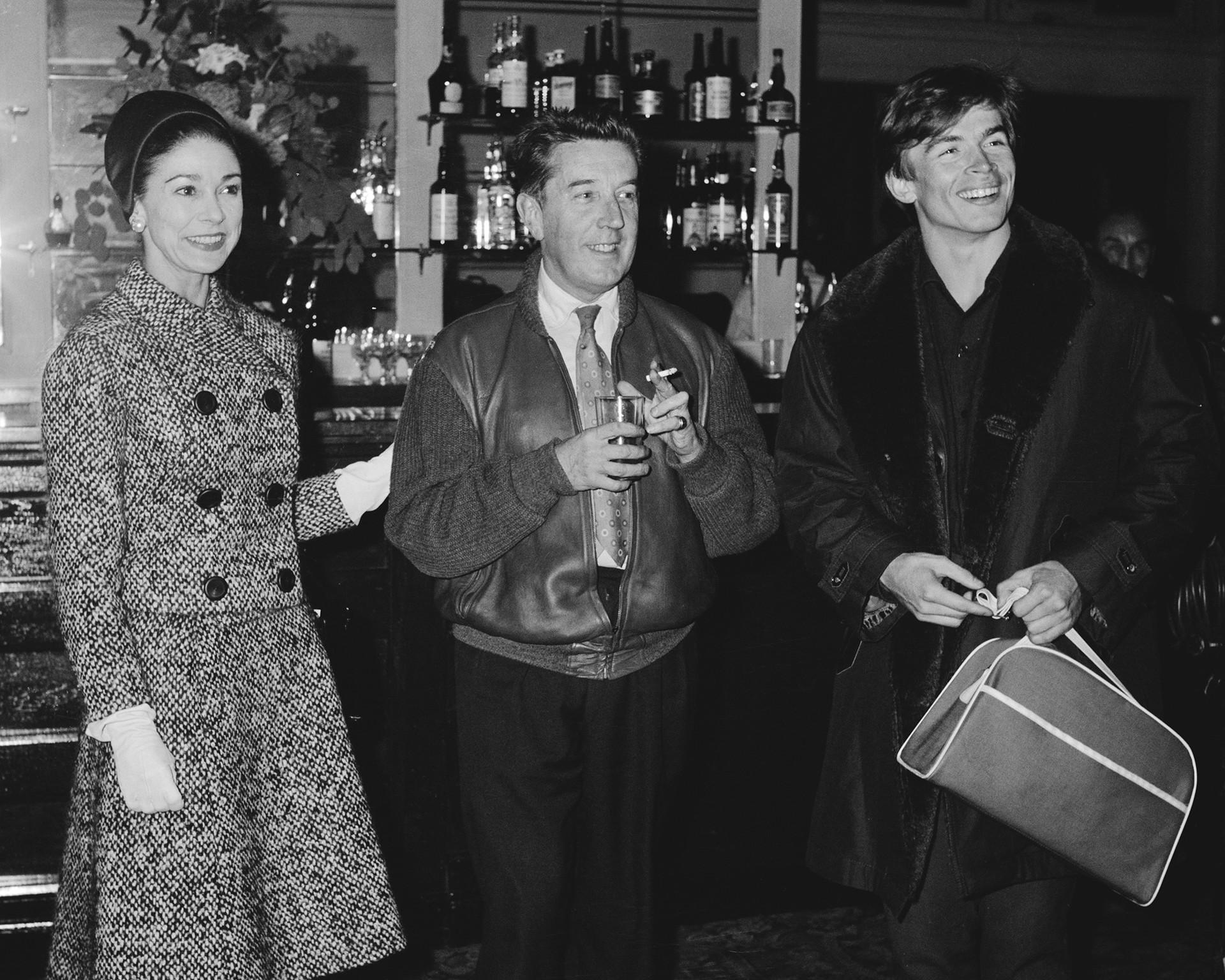 左から右:ダンサー、マーゴ・フォンテイン、フレデリック・アシュトンとルドルフ・ヌレエフ。ロンドン、1961年。